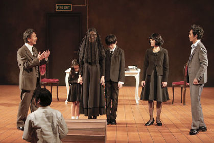 長塚圭史、ピランデッロ作品の虚構性と対峙「作者を探す六人の登場人物」開幕
