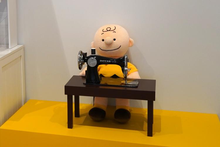 ワークショップを見守るチャーリー・ブラウン。 (C) Peanuts Worldwide LLC