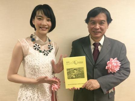 左から、のん、片渕須直監督