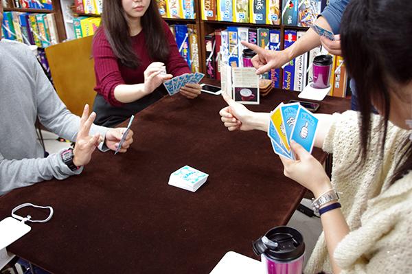 ハンドサインを作って同じカードを持っている人を探します