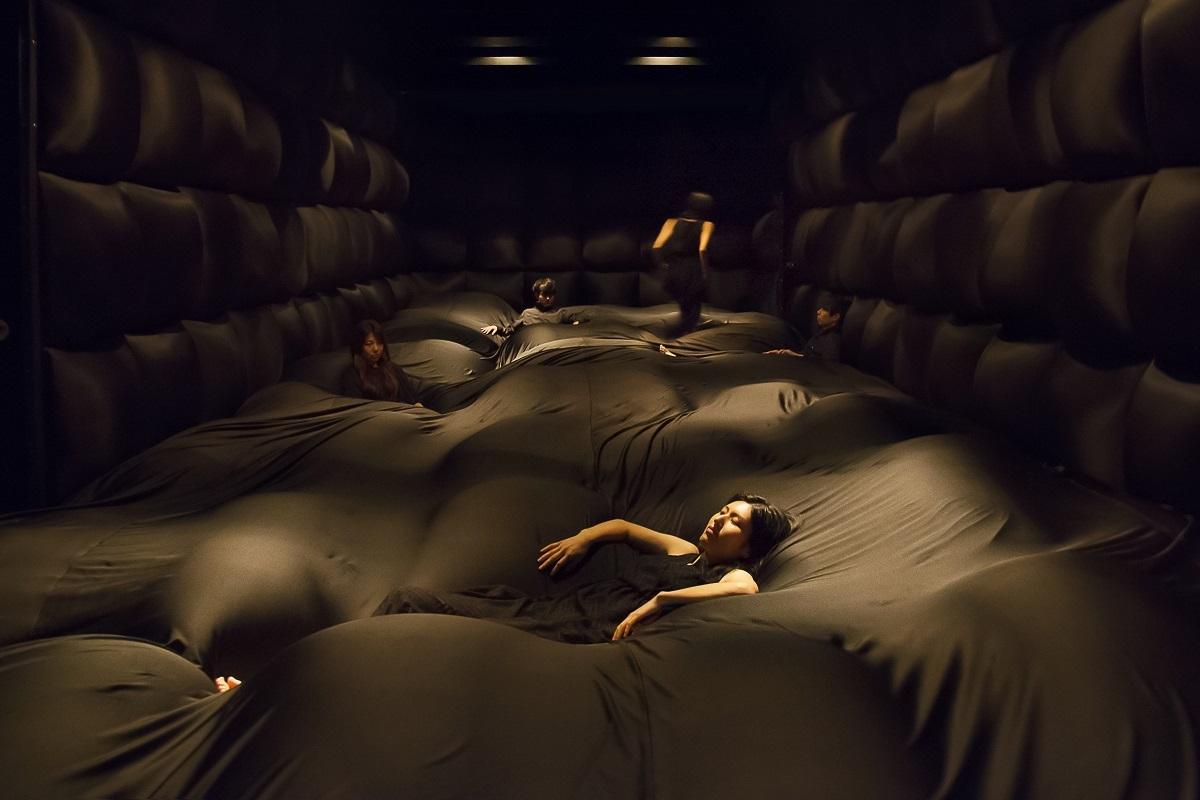 やわらかいブラックホール - あなたの身体は空間であり、空間は他者の身体である /  Soft Black Hole - Your Body Becomes a Space that Influences Another Body teamLab, 2016