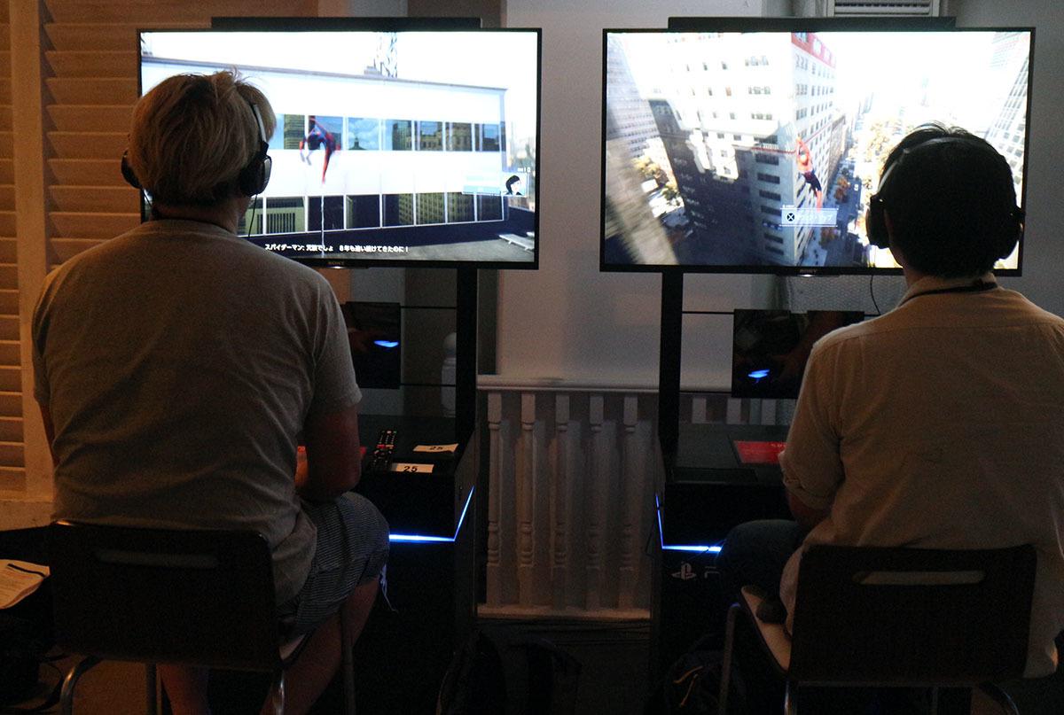 偶然、両者がウェブスウィング。ゲームの出だしは比較的サクサク進んだ 撮影:梅田勝司