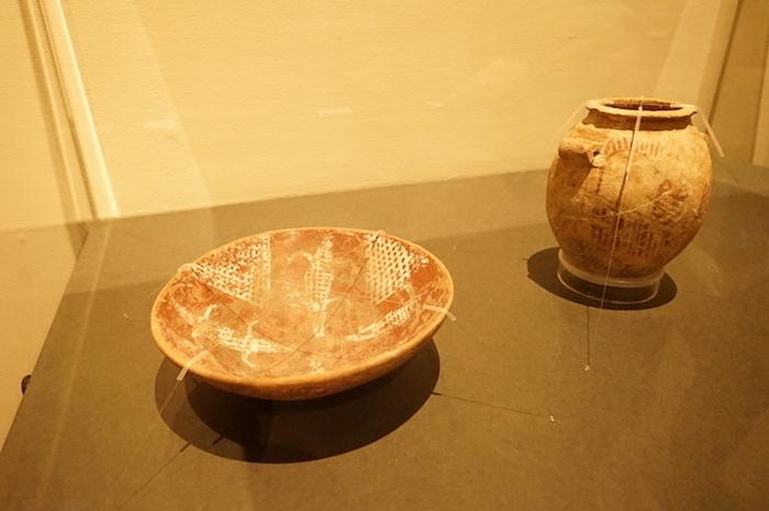 左:《ワニの描かれた埦》(紀元前3750年〜3650年頃)、右:《船の描かれた壺》(紀元前3500年〜3300年頃)