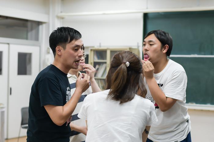 かませの表情を検討する役者たち