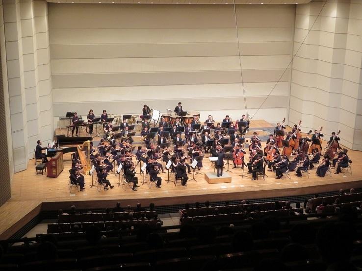 八尾プリズムホールで演奏する大阪フィルハーモニー交響楽団 写真提供:八尾プリズムホール
