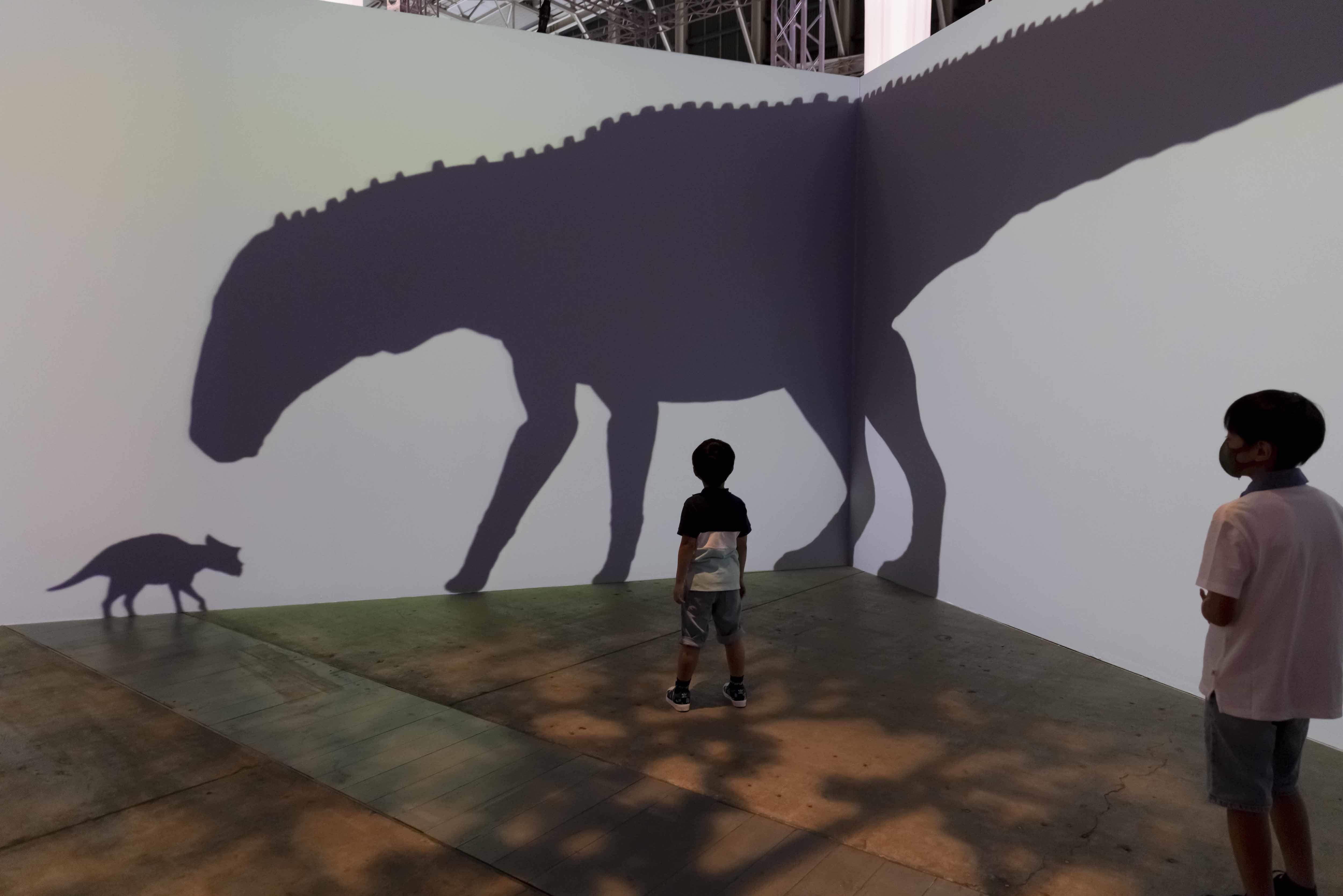 ふむふむ、子供トリケラトプスが逃げないということは、左のシルエットは植物食のエドモントサウルスだな……