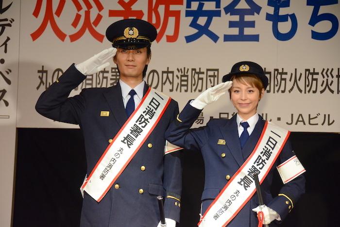 1日消防署長に就任した加藤和樹と平野綾(左から)