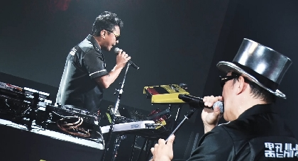 電気グルーヴ、1年9ヵ月振りのライブ『FROM THE FLOOR ~前略、床の上より~』の1曲目「Set you Free」映像を公開