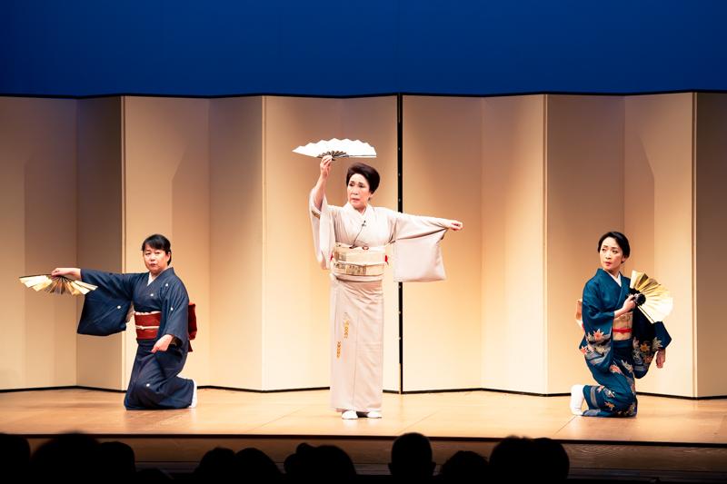 第二部は舞踊から。(左から)久藤和子、波乃久里子、川上彌生。