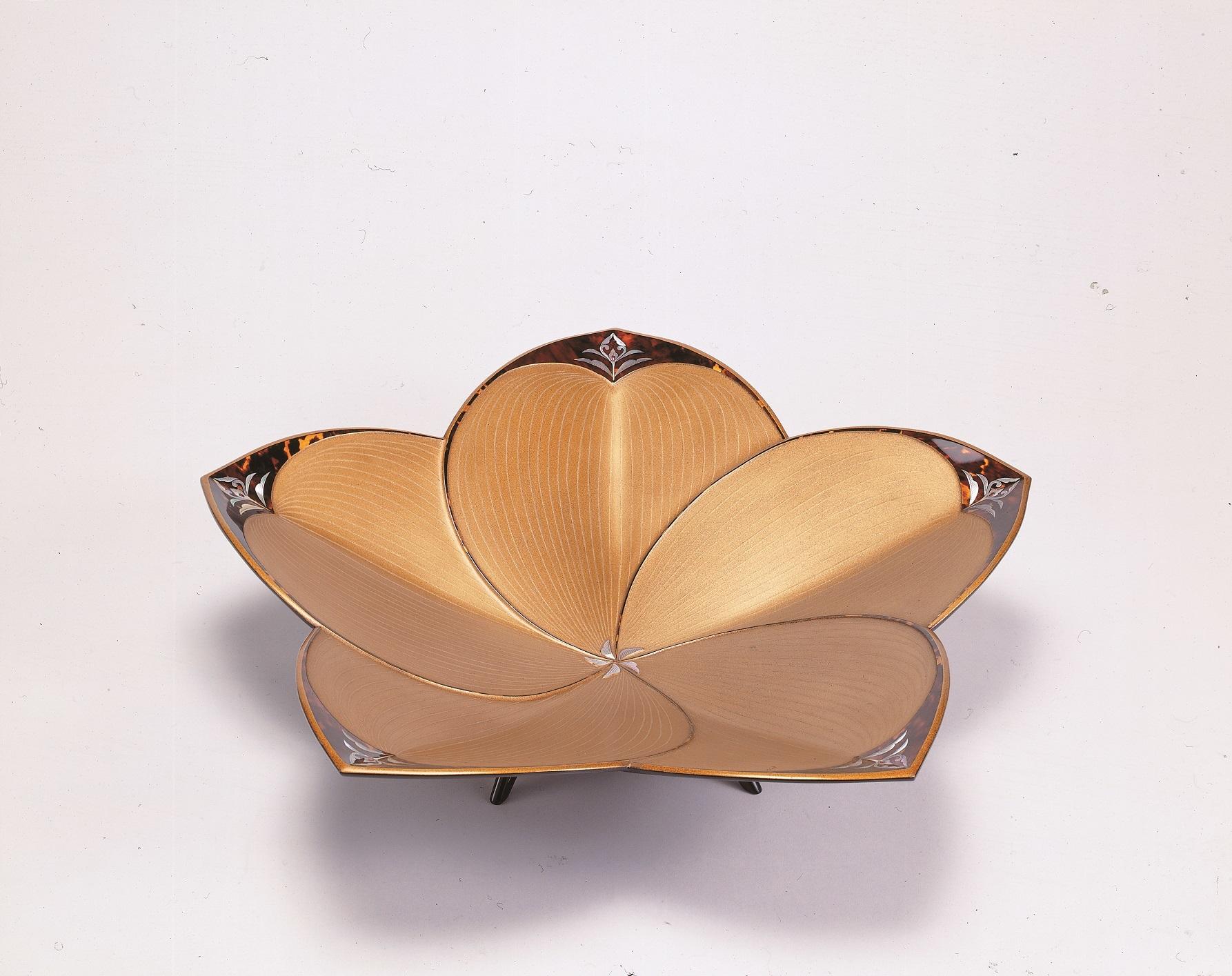北村昭斎「玳瑁螺鈿花形盤」 平成12(2000)年 奈良県立美術館