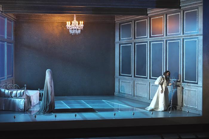 『ルチア~あるいはある花嫁の悲劇~』右:森谷真理 左:田代真奈美 (撮影:長澤直子)