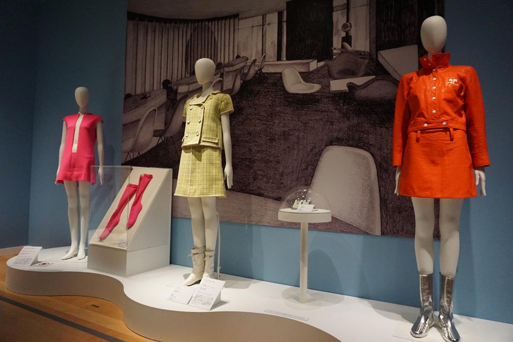 (右手前)アンドレ・クレージュ ドレス、ブーツ 1960年代後半~70年 島根県立石見美術館所蔵