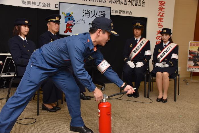 消火器の使い方を学ぶ浦井健治と夢咲ねね(右奥から2番目、右奥)