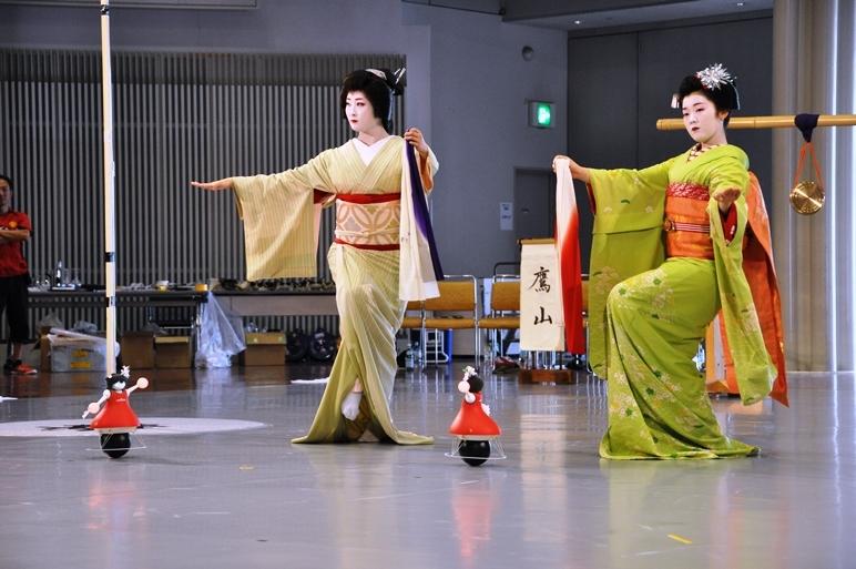 佳つ菊(祇園甲部芸妓)&豆千佳(祇園甲部舞妓)と村田製作所チアリーディング部の球乗り型ロボット。「意外と親和性が高いのに驚いた」とは、村田製作所チームの吉川浩一。