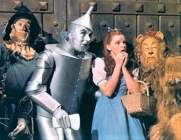左からレイ・ボルジャー(かかし)、ジャック・ヘイリー(ブリキ男)、ドロシー役のジュディ・ガーランド、バート・ラー(ライオン)  Photo Courtesy of Scott Brogan