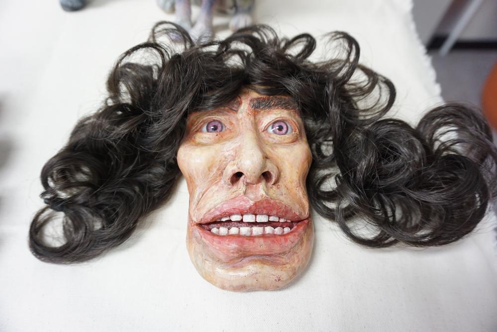 片桐自身の顔を模した名刺ケース