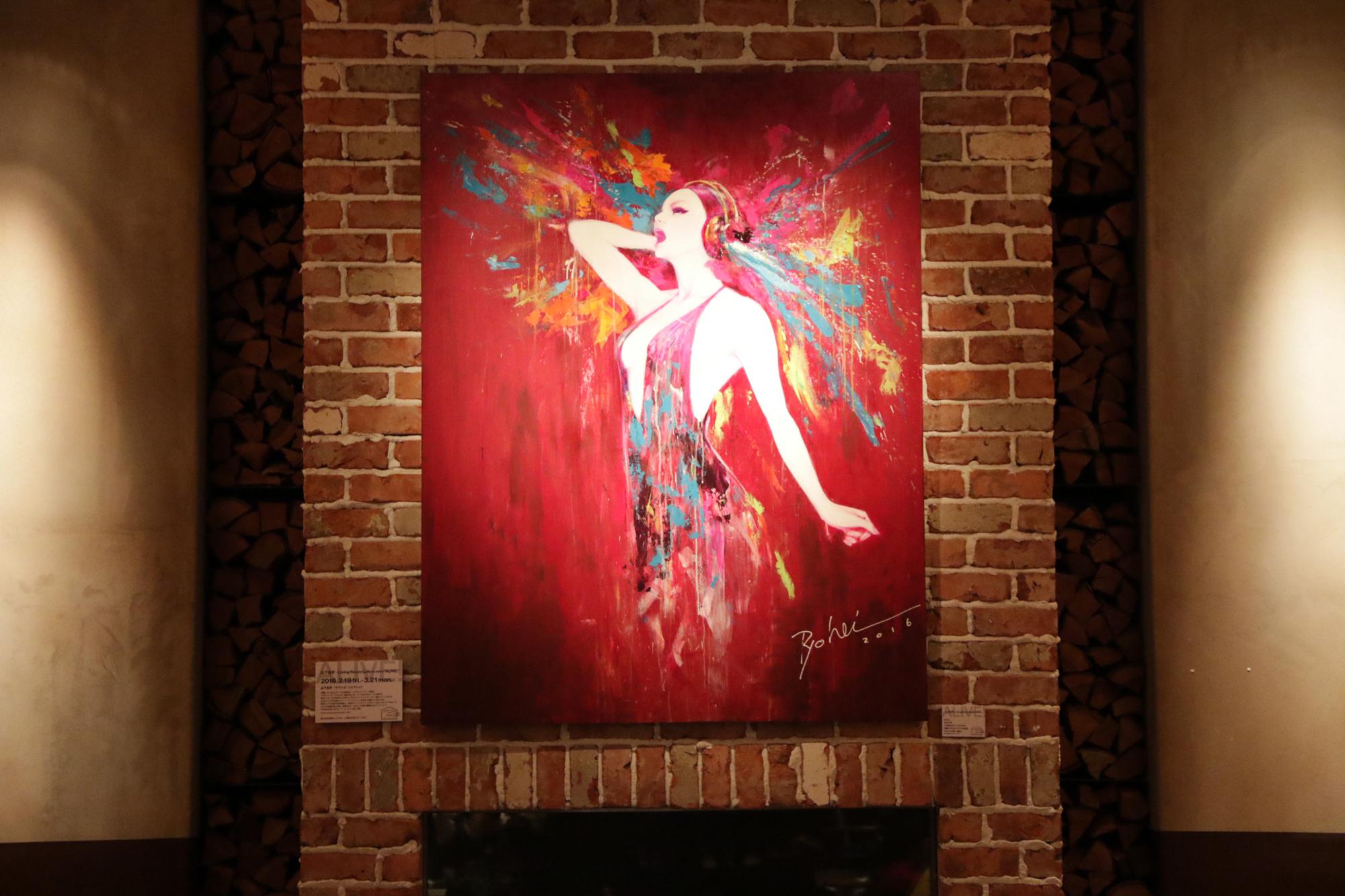 この個展のために制作された《ALIVE!》 カフェ中央に位置する暖炉の上の壁に掲出されている