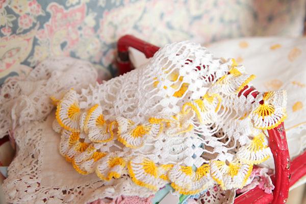 手ごろなレース編みの敷物や刺繍の布製品も