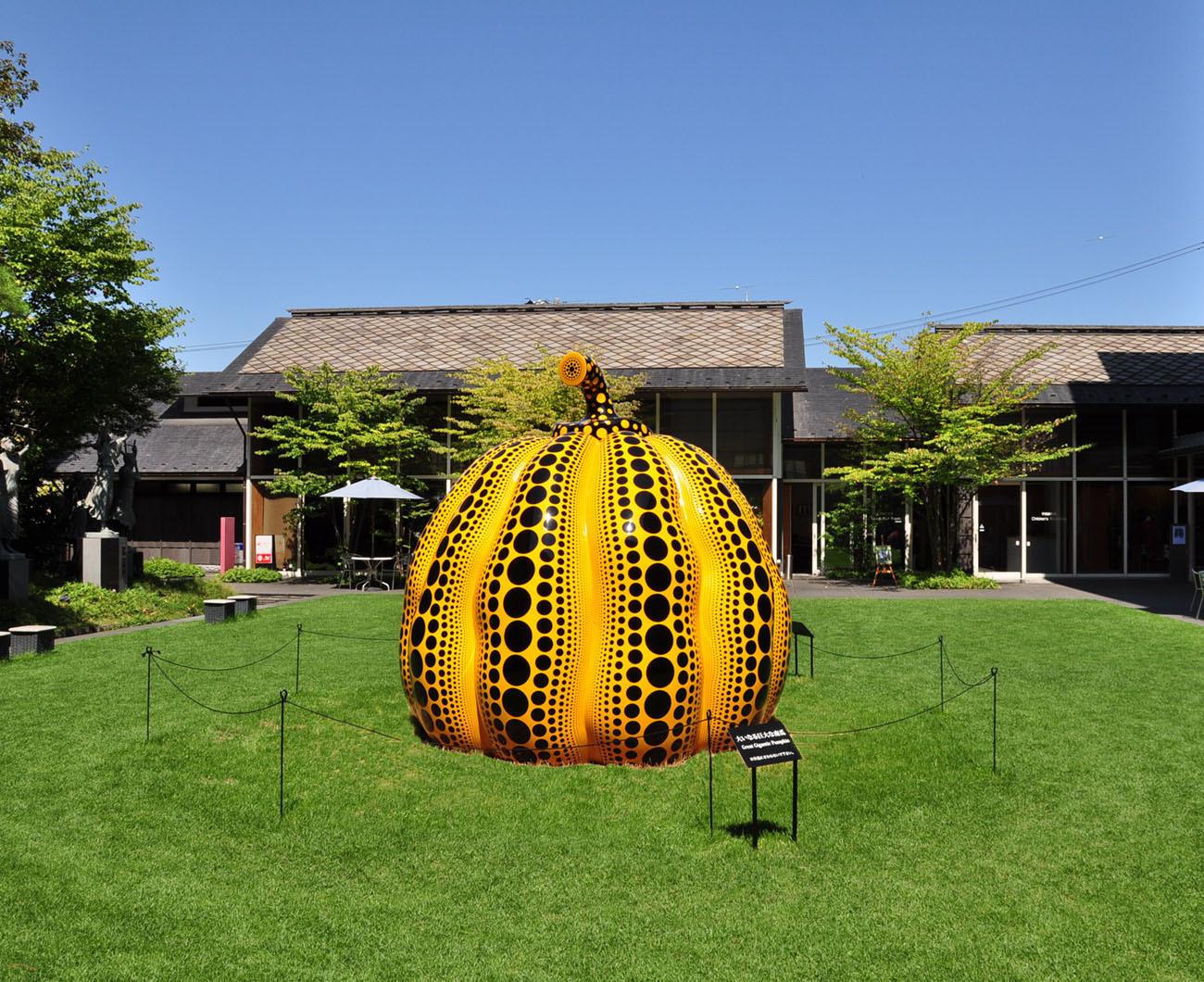 《大いなる巨大な南瓜》2012年時の展示風景より (c)YAYOI KUSAMA