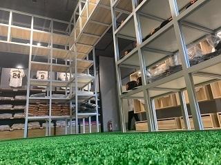「ジャングルジム」と呼ばれる巨大な陳列ケース。床にはグラウンドと同じ人工芝が敷かれている