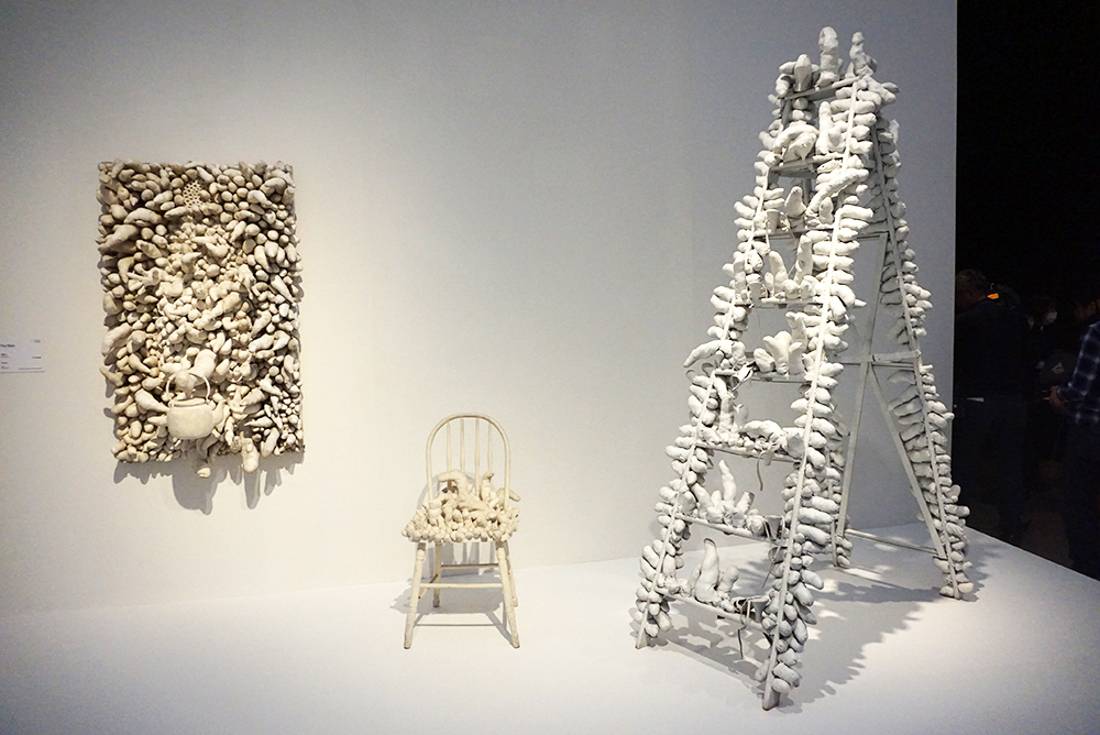 草間彌生『トラヴェリング・ライフ』 1964年 ミクストメディア 京都国立近代美術館 ほか ©YAYOI KUSAMA