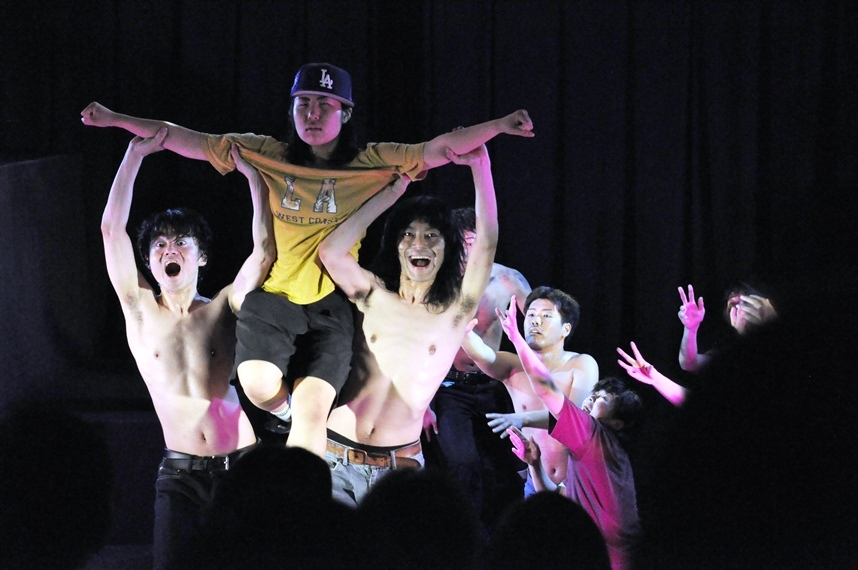 前々回公演『LAきょうとピラミッド』より。 [撮影]吉永美和子