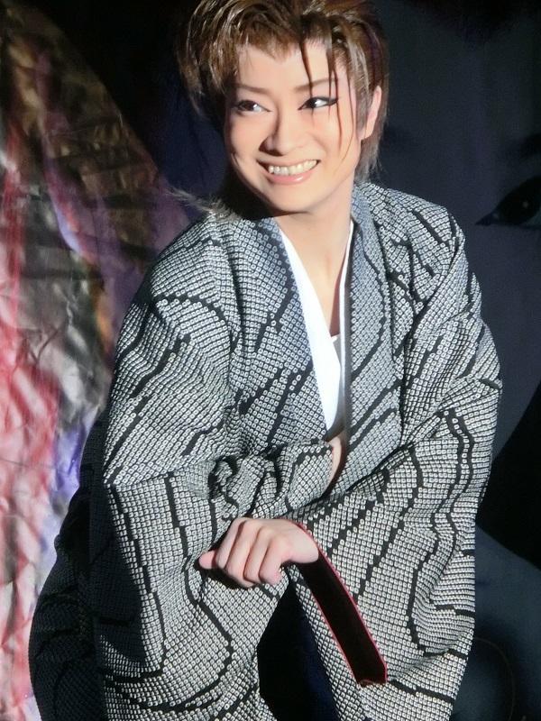 新生劇団春・姫川寿賀座長。元気いっぱいに一座を引っ張る女座長さん。(2014/11/2)筆者撮影