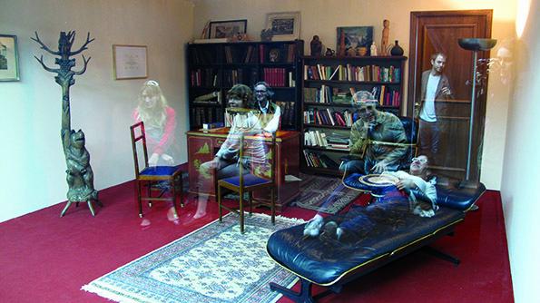 レアンドロ・エルリッヒ《精神分析医の診察室》2005年ソファ、本棚、机、椅子、カーペット、ガラス、照明のある同じサイズの2部屋サイズ可変展示風景:プロア財団、ブエノスアイレス、2013年撮影:Clara Cullen※参考図版