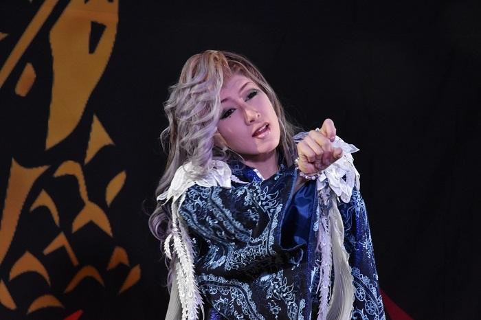 中村美嘉(なかむら・みか)さん。メンバーカラーは紫。しっとりした雰囲気が舞台に艶を加える。舞踊では中性的な魅力も見せてくれる。