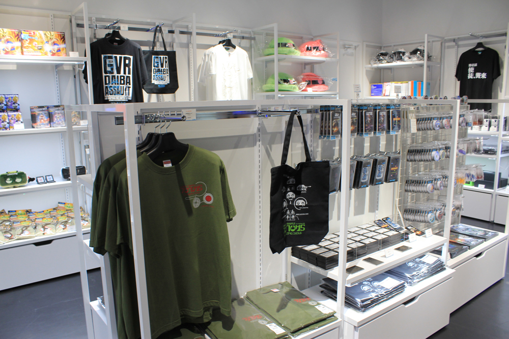 ストアでは関連商品やお土産の購入も可能。
