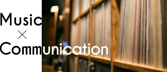 棚にストックされているアナログレコードの数々。 1枚1枚、丁寧にシールドから取り出し、レコードプレーヤーに設置されていく。かかる音楽のジャンルも幅広い。セレクターがお店の雰囲気や客層を見ながら選曲してくれるので、自然と音楽を通じてコミュニケーションが生まれる。