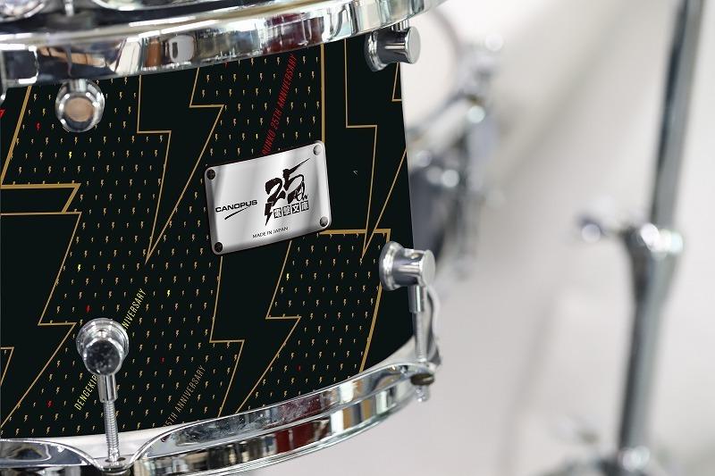 ドラムのボディにはロゴが飾られている