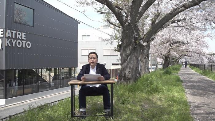 蔭山は劇場のすぐ外にある、桜が満開の遊歩道でサポーターズクラブの解説をした。