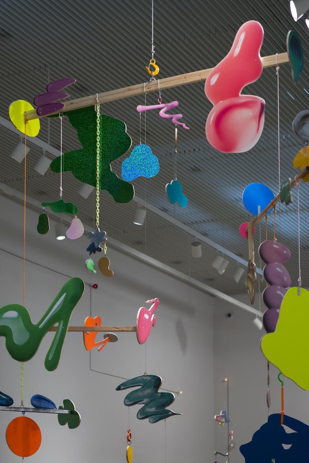 金氏徹平  Ghost in the Liquid Room (Make-up Shadow/モビール) #1(部分) 2016年 紙にインクジェットプリント、木、金具 435×411×125 cm Satoko Oe Contemporary