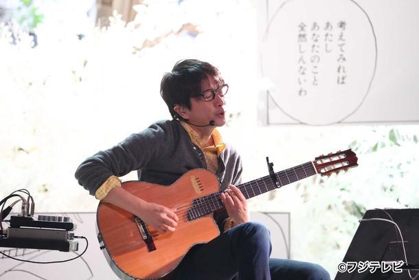 「Love music」に出演する小沢健二。