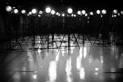 ヨウジヤマモト×蜷川実花、『パリコレ』舞台裏をモノクロで撮影した写真展