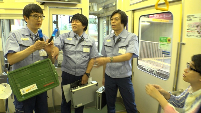 ケース1『嵐電トランスファー』より。京福電気鉄道嵐山本線が異界とつながったという設定で、街なかを走行する車両から上演。