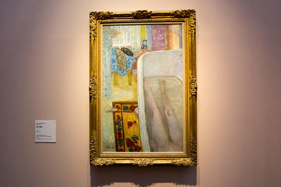 縦長のカンバスを縦に分断するようにバスタブが描かれている。ピエール・ボナール『浴室の裸婦 』1925年