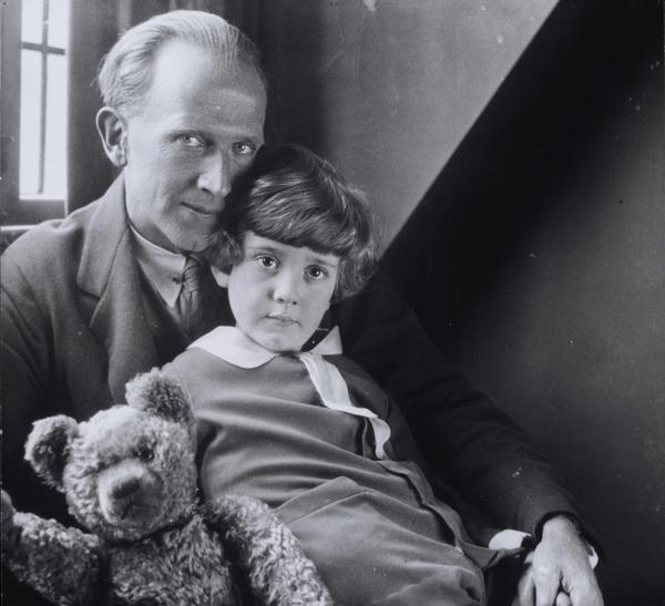 A.A.ミルン、クリストファー・ロビン・ミルンおよびプー・ベア、ハワード・コスター撮影、1926年 (C) National Portrait Gallery, London.