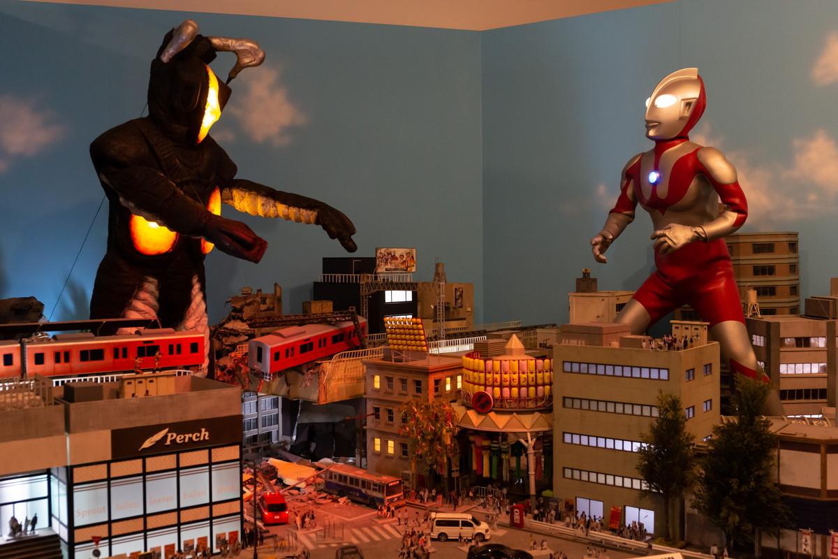 夕暮れの中戦うウルトラマンとゼットン、シチュエーションも最高だ 撮影:大塚正明
