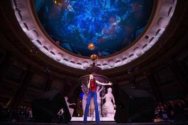 「Venus Starium」をバックに歌う中島美嘉。(撮影:葛西龍)