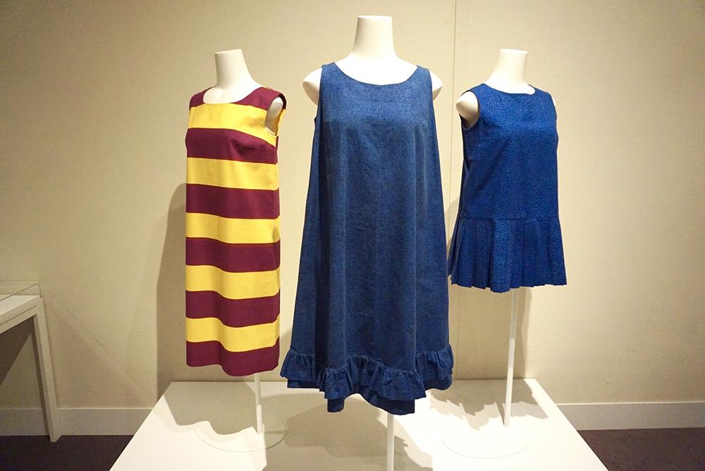 (中央)ドレス《ヘイルヘルマ》1959年、ファブリック《ナスティ》1957年、服飾・図案デザイン:ヴォッコ・ヌルメスニエミ / 写真右2つがジャクリーン・ケネディが所有したもの