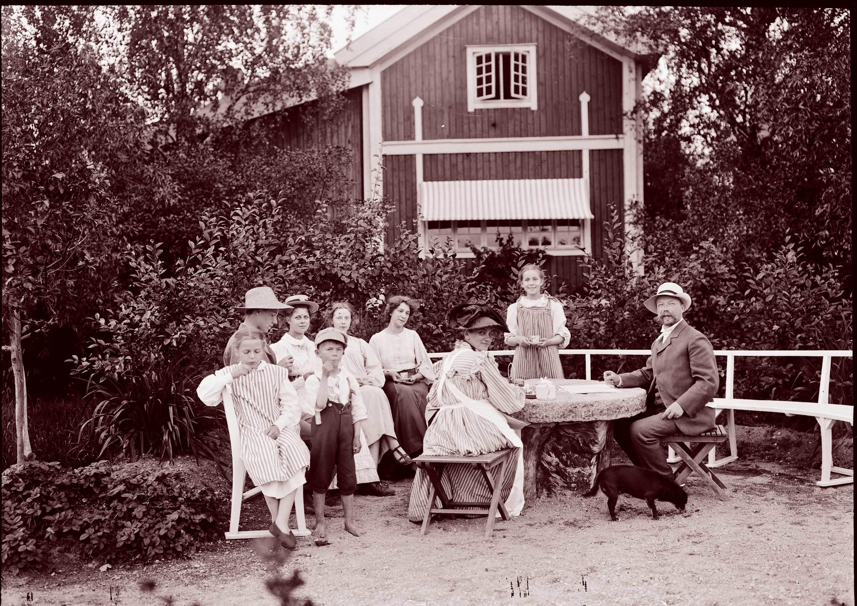 リッラ・ヒュットネースの庭に集うラーション一家 1906-07 年頃 (C) Carl Larsson-gården