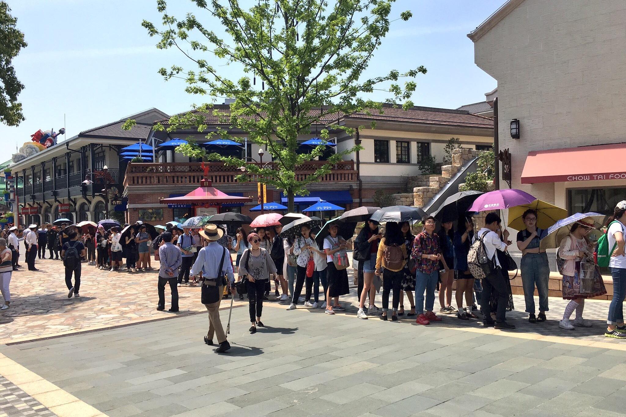 レッドカーペットのファンエリアへ入場するための列へ並ぶファン