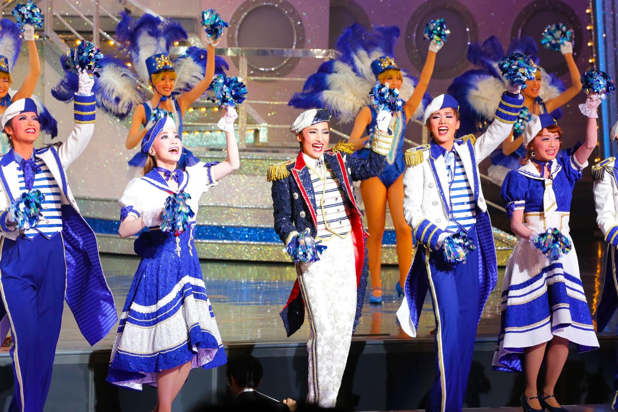 観客参加型のプロローグ (c)宝塚歌劇団