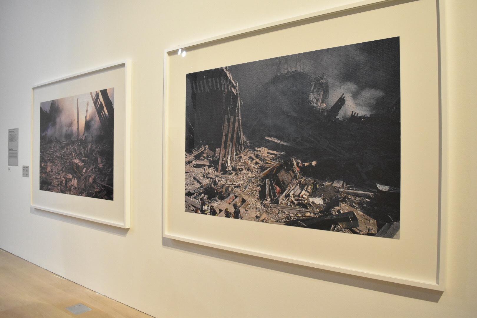 右:《2011年9月11日のテロリスト攻撃の後、ワールド・トレード・センターから煙が出る》左奥:《2001年9月12日、ニューヨーク、ワールド・ファイナンシャル・プラザの日の出》 クリストフ・ドレーガー 2018年 作家蔵