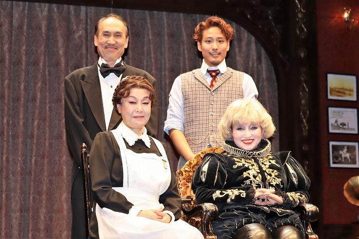 (前列左から)阿知波悟美、黒柳徹子(後列左から)大森博史、桐山照史