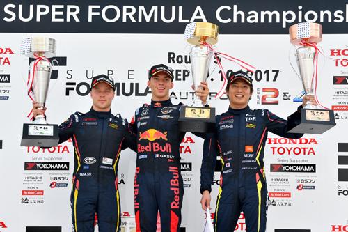 第5戦のオートポリスで表彰台に立った3人(左から2位のフェリックス・ローゼンクヴィスト、2連勝のピエール・ガスリー、今季初入賞を果たした大嶋和也) Copyright © 2017 Japan Race Promotion Inc. All rights reserved.