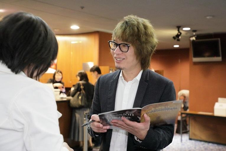 交響曲第2番終演後、ファンにサインする菅野祐悟  (C)s.yamamoto