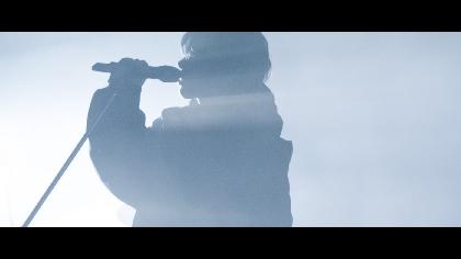 Eve 「ドラマツルギー」MVの1億再生を記念して、ライブパフォーマンスを撮り下ろした「ドラマツルギー -Eve Live Film」を公開